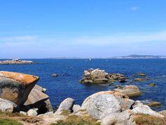 """Es la entrada de la Ría de Arousa con sus """"cons""""(rocas de la zona) y la isla de Sálvora a la derecha."""