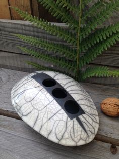 Le chouchou de ma boutique https://www.etsy.com/fr/listing/475136691/vase-raku-blanc-et-noir