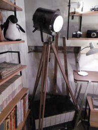 Projecteur Cremer 1KW décapé / ciré - ré-éléctrifié monté sur trepied bois et laiton deco authentique - Luminaires anciens 2