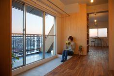 若い夫婦が暮らすためのマンションの1室のリノベーション。 施主により手が加えられ、モノや家具が溢れても全体が混在しないための秩序を袖壁によって設定しようと考えた。細長いワンルームでありながら、様々な領域が関係をもち奥行きのある全体性を生み出している。