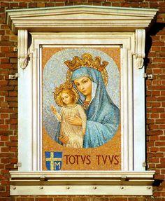 """Icon in Norwegian Kirke-- Mosaikken """"Maria Mater Ecclesiae"""" (Maria Kirkens Mor) på kirketårnet på St. Olav katolske domkirke i Oslo (03.12.2007)."""