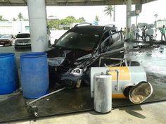 #LEIAMAIS  WWW.OBSERVADORINDEPENDENTE.COM FEIRA DE SANTANA: Em acidente com 4 veículos, carro capota e outro invade posto de combustível