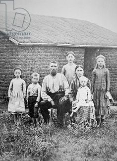"american pioneer family - In der Prärie, wo es kein Holz gibt, wurde mit Grassoden ""gemauert"". You are in the right place about American History trivia Here we offer you the most beautiful pictures ab Antique Photos, Vintage Pictures, Vintage Photographs, Old Pictures, Old Photos, Vintage Family Photos, Pioneer Life, Pioneer Women, Louisiana"