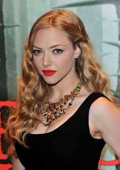 Amanda Seyfried with (as always, gorgeous mermaid hair) but surprisingly bold makeup. Holiday Hairstyles, Vintage Hairstyles, Pretty Hairstyles, Wedding Hairstyles, Hairstyle Ideas, Hair Ideas, Amanda Seyfried Hair, Amanda Seyfried Photos, Hollywood Glam Hair