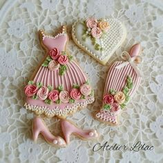 Feminine details complete these delicate cookies fitting for any ladies' gathering. Too pretty to eat. Fancy Cookies, Iced Cookies, Cute Cookies, Cookies Et Biscuits, Cupcake Cookies, Sugar Cookies, Sugar Cookie Frosting, Royal Icing Cookies, Iced Biscuits