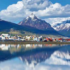 #Ushuaia #Patagonia #Argentina Vista de la ciudad reflejada en el mar #ConTransrutas