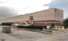 """Ainda em #Zaragoza... Ao voltar para estação onde ia apanhar o comboio para.#Madrid deparei-me com esta visão: a antiga estação de caminhos de ferro de #Saragoça """"esmagada"""" contra um cantinho da nova estação... Na minha opinião este é mais um projecto megalómano já que uma cidade como Zaragoza não precisa de uma estação tão grande (para ter 70% do espaço interior vazio...)"""