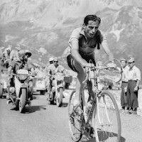 Fausto Coppi werd geboren in Castellania op 15 september 1919 en stierf in Tortona op 2 januari 1960 in Italië aan de gevolgen van malaria, opgelopen tijdens de ronde van Burkina Faso. Coppi behoort tot de beste wielrenners aller tijden. In 1949 en 1952 won hij de Ronde van Frankrijk en in 1940, 1947, 1949, 1952 en 1953 de Ronde van Italië.    Met legendarische videobeelden