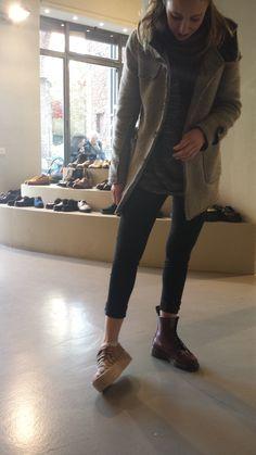 Voglia di primavera, voglia di scarpe basse, voglia di provare questa nuovo tipo di suola 'spacca-caviglia'! La mia amica Chiara e un paio di Jeffrey Campbell...