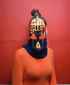 masayoshi oya | série Masques se coloca em um território dúbio, entre a ...