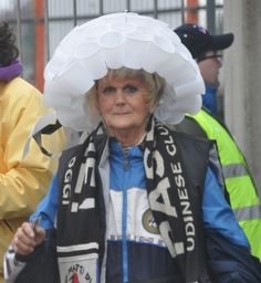 Tifosa in attesa della pioggia durante un Udinese-Cagliari