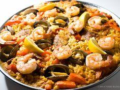 riz long, poulet, côte de porc, moules, calamar, langoustine, huile d'olive, oignon, ail, tomate, poivron, chorizo, petit pois, épice à paella...