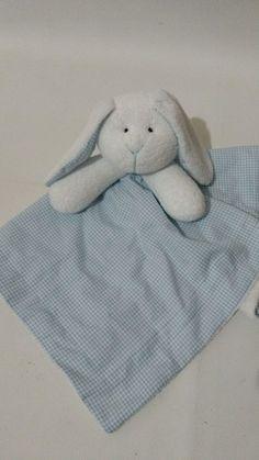 Naninha urso    Tamanho tecido 32 x 32  Coelho aplicado no centro.  Tecido avesso atoalhado branco  Tecido e Enchimento antialérgico macio.  Nariz e olhos bordados à mão.