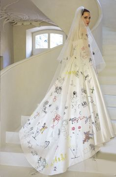 This shows that she's a devoted mother to her kids to have their personal drawings on her bridal veil >> I admire her so much for being non-traditional & herself - she might have even brought out a new trend of bridal style!
