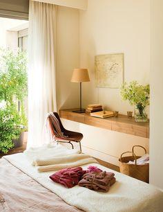 Dormitorio con mesa volada