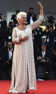 Judi Dench's love of Indian fashion and her longtime support of designers Abu Ja. - Judi Dench's love of Indian fashion and her longtime support of designers Abu Jani and Sandeep Kh - Mature Women Fashion, Over 50 Womens Fashion, Fashion Over 50, Ladies Fashion, Older Actresses, Couture Mode, Judi Dench, Advanced Style, Models