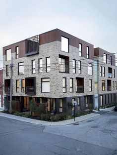 Image 2 of 12 from gallery of St-Zotique Residence / NatureHumaine. Photograph by Adrien Williams Building Facade, Building Design, Architecture Résidentielle, Modern Condo, Brick Facade, Villa, Social Housing, Facade Design, Green Roofs