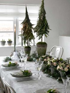 For e true Nordic Christmas table setting use white and and decorative elements from nature such as spruce, pinecones and eucalyptus. Christmas Cover, Winter Christmas, Vintage Christmas, Christmas Time, Christmas Interiors, Christmas Bedroom, Rustic Chic Decor, Farmhouse Decor, Decoration Table
