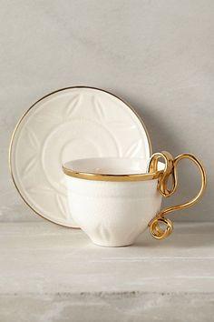 Šálek na čaj * bílý vzorkový porcelán se zlatým ouškem.