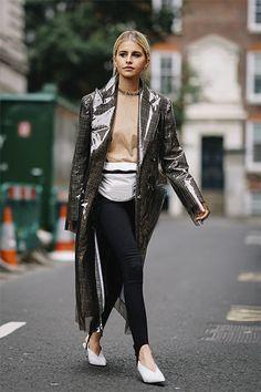Fresh. Caro Daur in Steghose und plastikbeschichtetem Mantel von Calvin Klein Collection.