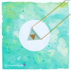 Macrame & miyuki delica woven pendant - Fresh mint and gold ! Arrow head / triangle / graphic patterns.   © Natacha Fayard  #macrame #MicroMacrame #miyuki #delica #mint #FreshMint #pastel #gold #arrow #triangle #ArrowHead #pendant