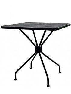 Elegante tavolo quadrato con struttura in acciaio verniciato, piano disponibile in due dimensioni e tre finiture diverse. Perfetto per bar, caffè, residence, ristoranti, locali sul lungomare, alberghi, b&b, stabilimenti balneari, sale da thè. Ideale per i vostri spazi all'aperto, giardino o terrazzi. Semplice e raffinato. Su ACCESSORI troverete le sedie da abbinare a questa linea.