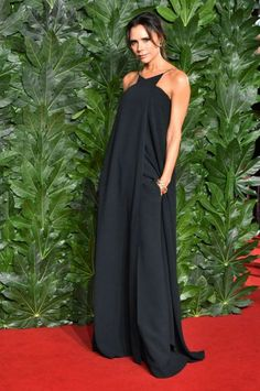 44 year old Victoria Beckham oozed off effortless style and elegance at the 2018 British Fashion Awards held in London. Moda Victoria Beckham, Victoria Beckham Style, Boho Fashion, Fashion Show, Fashion Outfits, Celebrity Dresses, Celebrity Style, Celebrity Closets, Event Dresses