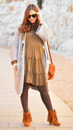"""New yorker -  As first seen on blog """"1000 maneras de vestir"""" here: New yorker  She is wearing tights similar here: Chocolate Opaque Tights With a smoothing control top panty these opaque tights are a solid choice for the season.  #tights #pantyhose #hosiery #nylons #tightslover #pantyhoselover #nylonlover #legs"""