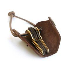 Schweizer Armee-Schlüsselanhänger ist ein leichtes Leder Schlüsselanhänger, das Gehäuse bis zu 8 standard-Tasten in einer schützenden 2-3mm Pull-up Leder wickeln. Mit einem geschlossenen Gehäuse hält sie kompakt, organisierte und leise. Auch vermindert Fronttasche Beschwerden, und verhindert Kratzer auf Ihrem Smartphone. Die Lederschlaufe kann leicht geöffnet werden, wenn Sie einen Schlüssel tauschen müssen. • Hand geschnitten und von 2-3 mm Pull-up Leder • Runde Leder Spitze aus…