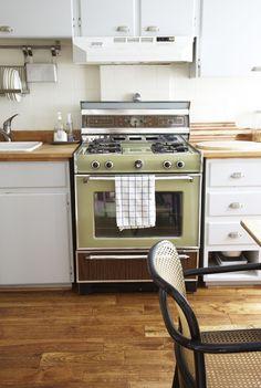 The Marion House Book 70s Kitchen, Kitchen Magic, Green Kitchen, Nice Kitchen, Vintage Camper Interior, Old Stove, Vintage Stoves, Vintage Kitchenware, Large Homes
