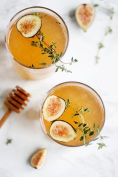 Sparkling Fig & Honey Cocktail for the Holidays. A homemade thyme-infused fig syrup is combined with champagne and apple cider to make this Sparkling Fig & Honey Cocktail. Campari Cocktail, Cocktails Champagne, Limoncello Cocktails, Beste Cocktails, Spring Cocktails, Cocktail Drinks, Cocktail Recipes, Holiday Cocktails, Cider Cocktails