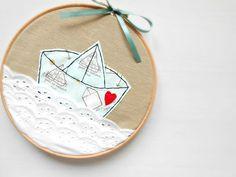 ♥ Stickrahmen zur Wand-Deko oder als Geschenk. Gestickt auf Baumwollestoff mit Papierboot mit tollem Muster aus Baumwolle.