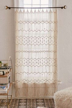 ▷ 1001 + projects to achieve a perfect macrame wall hanging decoration Macrame Wall Hanging Patterns, Macrame Hanging Planter, Large Macrame Wall Hanging, Macrame Patterns, Hanging Planters, Privacy Fence Decorations, Diy Tapis, Art Macramé, How To Make A Chandelier