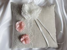 Coussin porte alliances,mariage, lin et dentelle ivoire , rose : Autres accessoires par crystalcrea