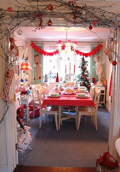 "CUTE Christmas dining room! <3  Via ""HAPPY LOVES ROSIE"" on flickr"