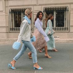that walk -walk that walk - Need this skirt! Las joyas, rematando el look de Letizia Galentine Brunch at Le Marais Bakery Haute Couture Style, Looks Style, My Style, Foto Instagram, High Fashion, Womens Fashion, Lookbook, Look At You, Mannequins