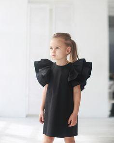 🖤#blackswan • Состав: 100% поплин. • Размеры : 92,104,110,116. • Цена: 5000. • Цвета: черный,белый. • Все вопросы и оформление заказа в W/A 📲: +79126365902 😉(Надежда) или Direct (Валентина). • Доставка по всему 🌏 #miko_D0010#miko_kids #conceptkidswear #forkids #white #loveintheair #❤️ Baby Girl Fashion, Toddler Fashion, Kids Fashion, Little Girl Dresses, Girls Dresses, Flower Girl Dresses, Outfits Niños, Kids Outfits, Blog Couture