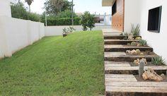 Proyecto de paisajismo para una vivienda particular situada en Castellón, en el que se respetaron los desniveles para zonificar el terreno. Para el diseño nos ayudamos de elementos decorativos con vigas de tren y revestimiento de paramentos verticales existentes de acero corten, creando vallados, puerta de acceso y maceteros. La vegetación utilizada fue de una variedad de palmáceas y cactáceas.