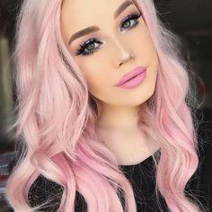pastell rosa haarfarbe, rosa make up, mittellange lockige haare