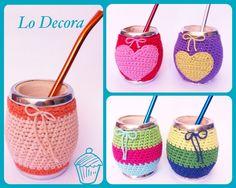 Mates decorados ... Lisos, con corazones! O Rayados! Love Crochet, Crochet Flowers, Crochet Jar Covers, Crochet Chain Stitch, Mug Cozy, Mug Rugs, Kids Bags, Straw Bag, Diy And Crafts
