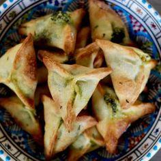 Lefatayeroufitiir, un des plus célèbres mezzé de la cuisine libanaise, est un petit chausson farci d'épinards délicieusement parfumés, qui fait partie intégrante de dela cuisine arabeet est principalement consommé enTurquieet dans tous les pays duProche-Orientdéjà dominés parl'empire ottoman: laSyrie, l'Egypte, laJordanie et d'autres pays de la région, comme l'Irak et Israël. Qu'est ce qu'un fatayer ? En arabe, fatayer (فطائر) signifie tarte. La version présentée ici est celle…