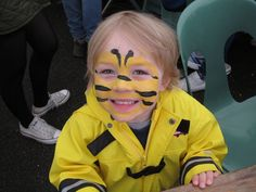 Bees make up for carnival - Instructions and ideas for young and old - simple carnival make up young bee face painting - Face Painting For Boys, Face Painting Designs, Halloween Costumes For Kids, Halloween Makeup, Halloween Face, Bumble Bee Face Paint, Bumblebee Makeup, Face Paint Makeup, Kids Makeup