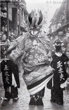 oiran in her courtesan parade with her kamuro Old Pictures, Old Photos, Vintage Photos, Japanese Costume, Japanese Kimono, Japanese History, Japanese Beauty, Geisha, Old Photography