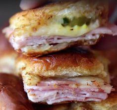 Možda ste do sada voleli sendviče, ali ove slasne i hrskave ćete da OBOŽAVATE Sendviči su za mnoge savršena užina. Jerdnostavno ih je napraviti, a u zavisnosti od onoga što volite, napravićete svoju omiljenu kombinaciju. Slika od koje se ogladni...Dok