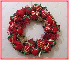 Guirlanda feita com corações em feltro e laços natalinos.  Medidas: 43x43  Altura total com a fita para pendurar 50 cm. R$ 150,00