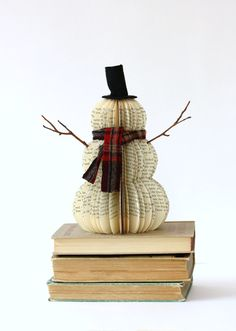 VINTAGE BOOK SNOWMAN /// Awesome craft to make for Christmas!
