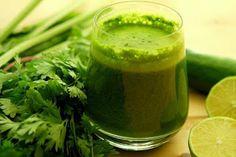 Jugo verde, ideal para quemar calorías y grasas: -1 limón -1/2 taza de perejil -1 tallo de apio -5 hojas de espinaca -1 trozo pequeño de jengibre -1 /2 pepino -1 manzana con cascara y sin semillas Ss