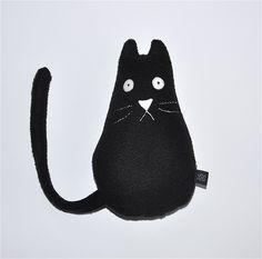 Czarny kot siedzący #kidsdesign #szaryfika #handmade #blackandwhite #toy #mascot #cat