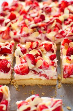 Shortbread buttery cake with strawberries and mascarpone Polish Desserts, Polish Recipes, Food Cakes, Bolo Russo, Pineapple Coconut Bread, Russian Cakes, Bakers Gonna Bake, Good Food, Yummy Food