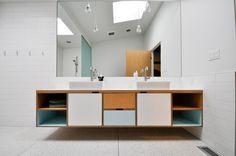 badkamermeubel en grote spiegel (met licht achter!), weliswaar in een minder koele badkamer